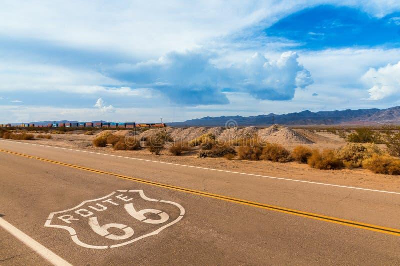 美国在高速公路的路线66标志 库存图片