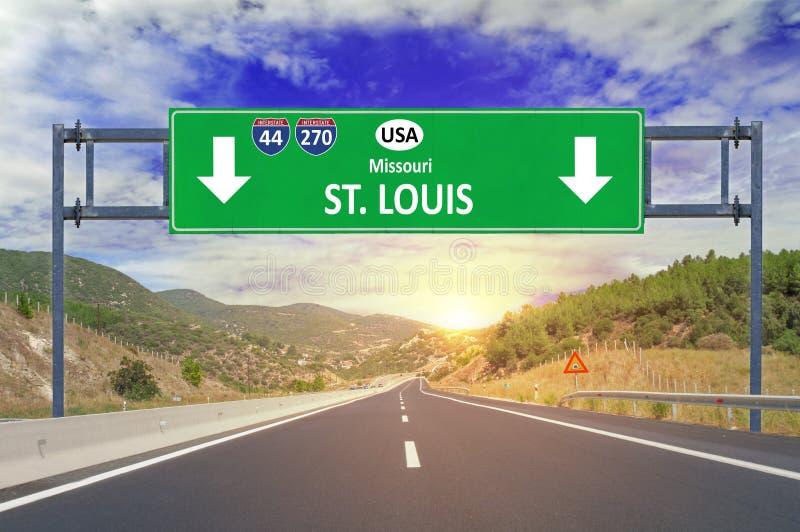 美国城市圣路易斯在高速公路的路标 免版税库存图片