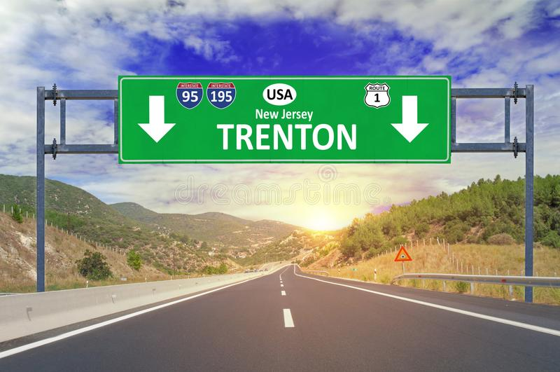 美国城市特伦顿在高速公路的路标 库存图片