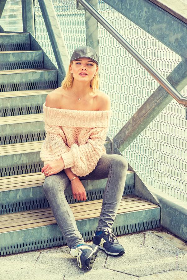 美国妇女偶然春天/秋天时尚在纽约 免版税库存图片