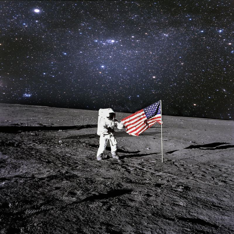 美国宇航员登陆了并且设置了他的在行星的国旗 库存图片
