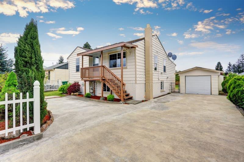 美国平房样式房子外部有车库和车道的 免版税图库摄影