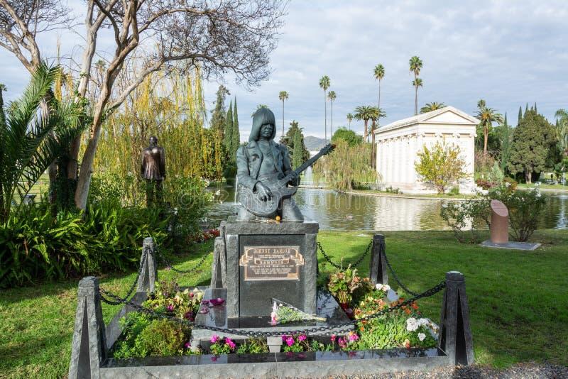 美国庞克摇滚乐吉他弹奏者和歌曲作者永远好莱坞公墓的约翰尼Ramone的严重墓碑和纪念碑Los的 库存照片