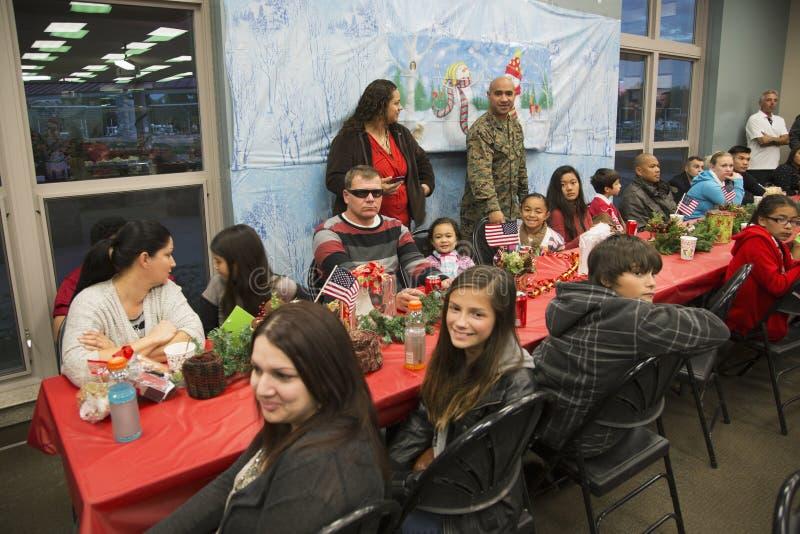 美国战士的圣诞晚餐在受伤的战士中心,彭德尔顿营,在圣地亚哥北部,加利福尼亚,美国 免版税图库摄影