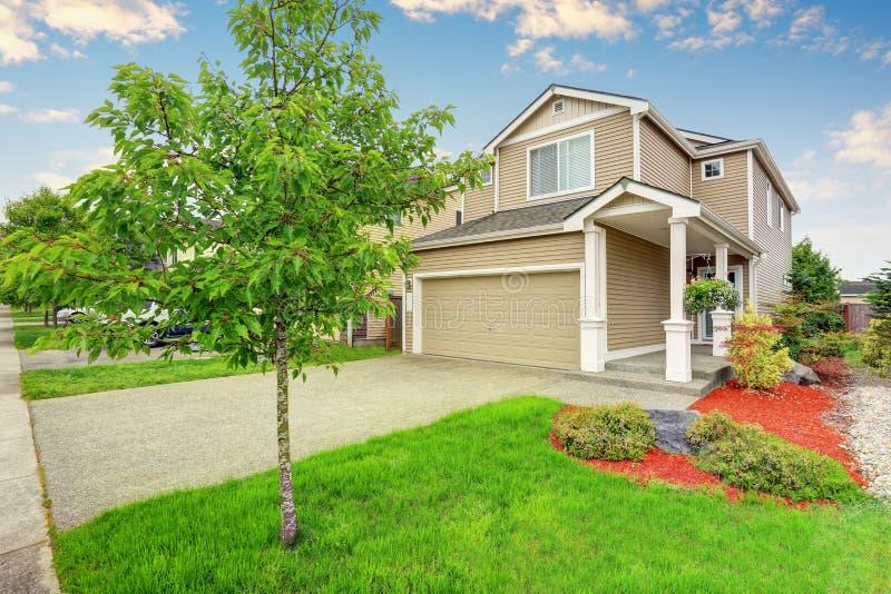 美国房子外部与车库、车道和保管妥当的草坪 库存图片