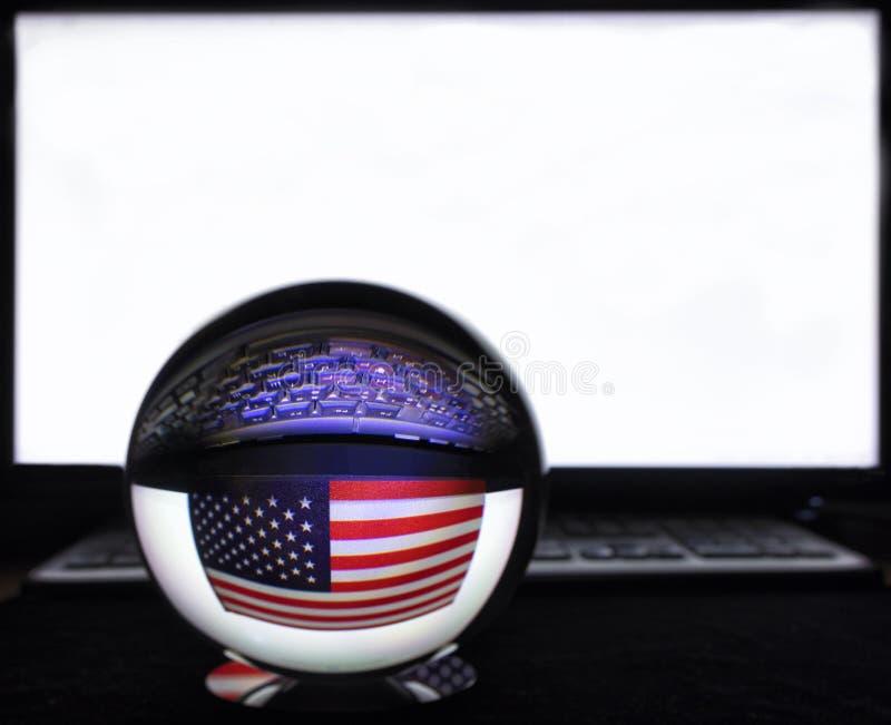 美国旗子和键盘反射在一个水晶球反对一台白色显示器 库存照片