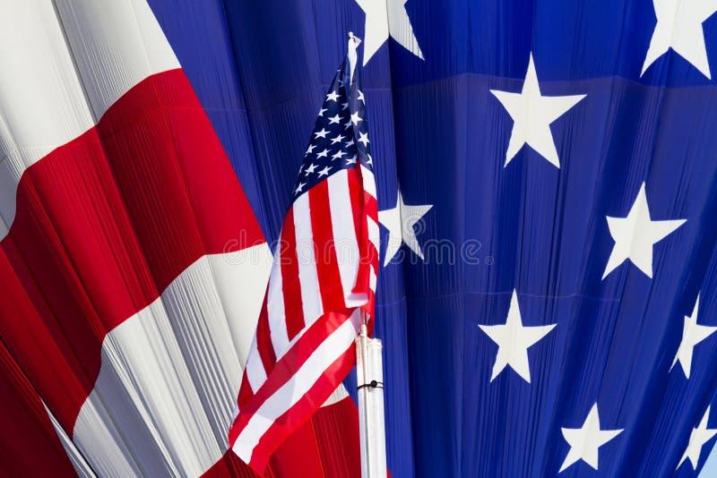美国旗子在纪念公园,科罗拉多Sp的热空气气球 免版税库存照片
