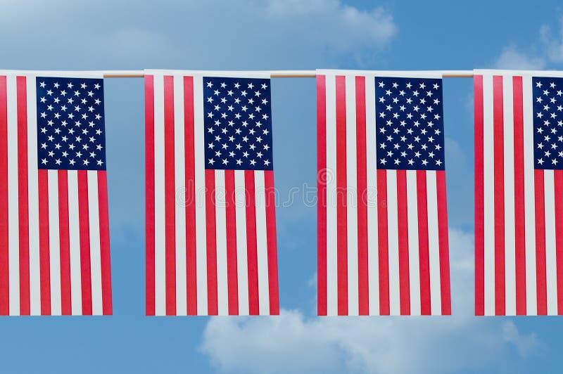 美国旗子诗歌选反对天空的与云彩 库存照片