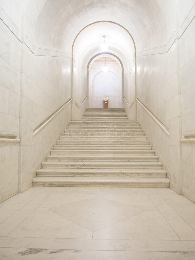美国最高法院大厦的白色大理石走廊 库存照片