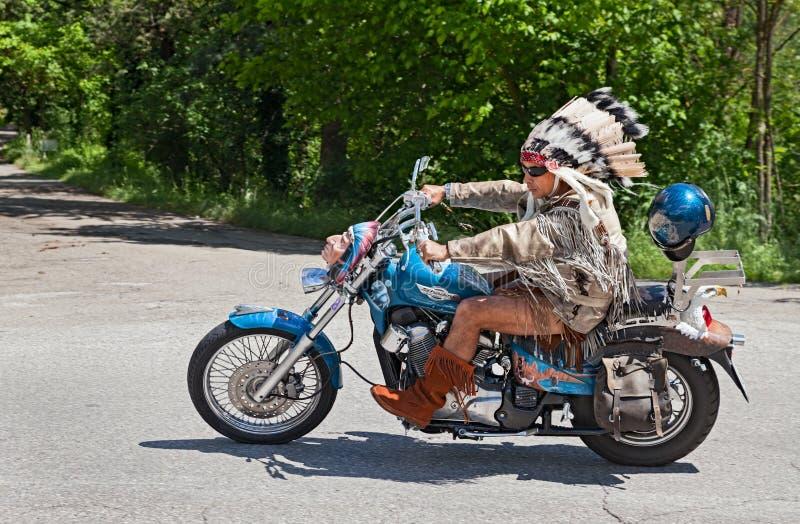 美国本地人服装的骑自行车的人 库存图片