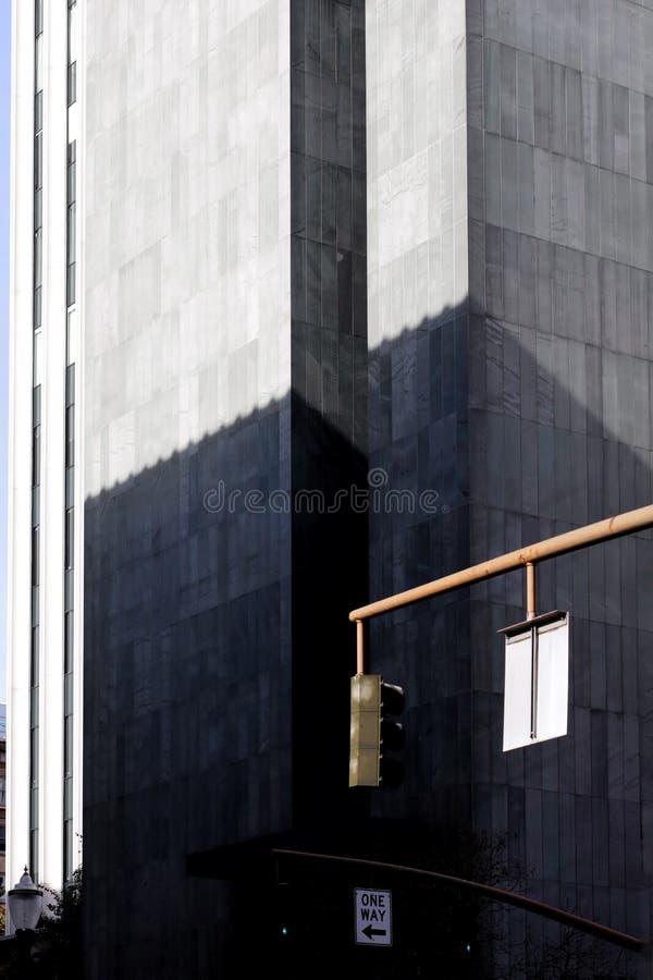 美国波特兰市被捕的建筑物、街标和交通灯的垂直拍摄 库存照片