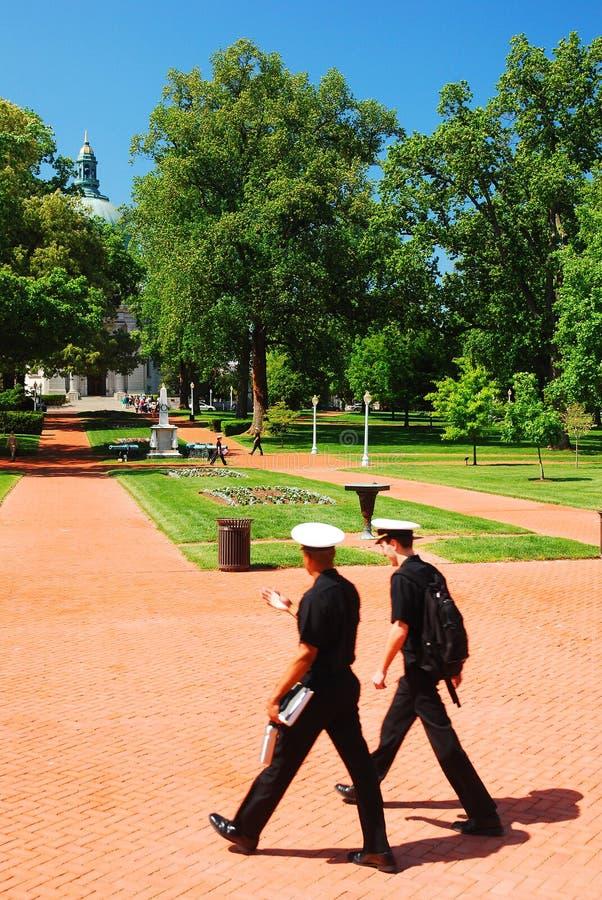 美国海军学校的两个军校学生 免版税库存照片