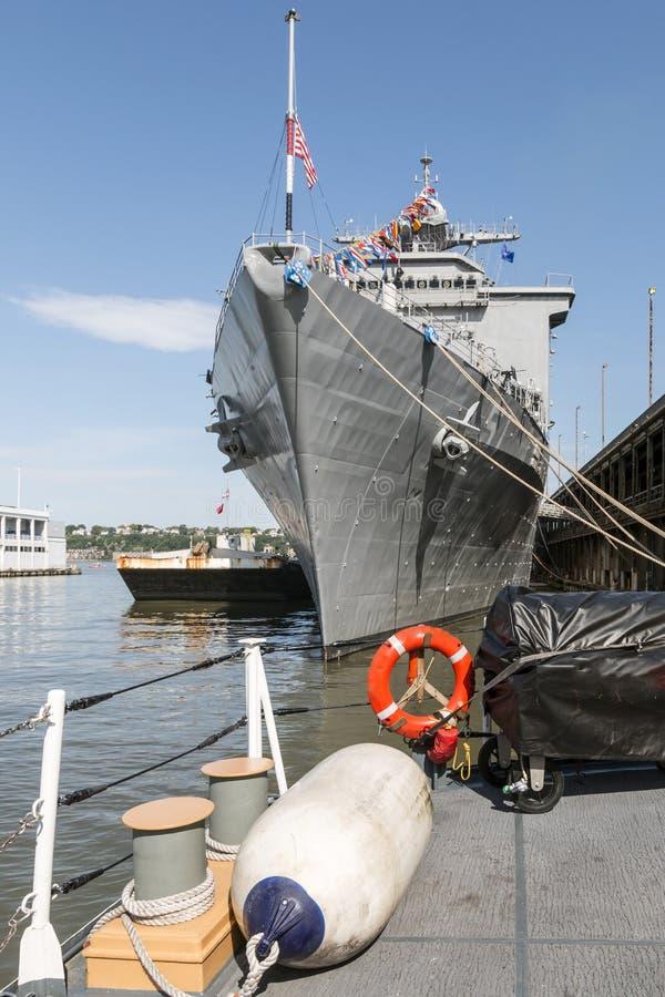 美国海军战舰在曼哈顿 免版税库存照片
