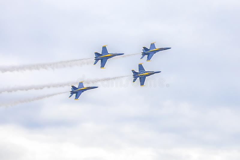美国海军蓝色天使大黄蜂在形成的喷气式歼击机飞行在空中回旋期间表现  免版税库存图片