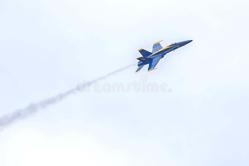 美国海军蓝色天使大黄蜂飞行在与Smaoke足迹的天空的喷气式歼击机 免版税图库摄影