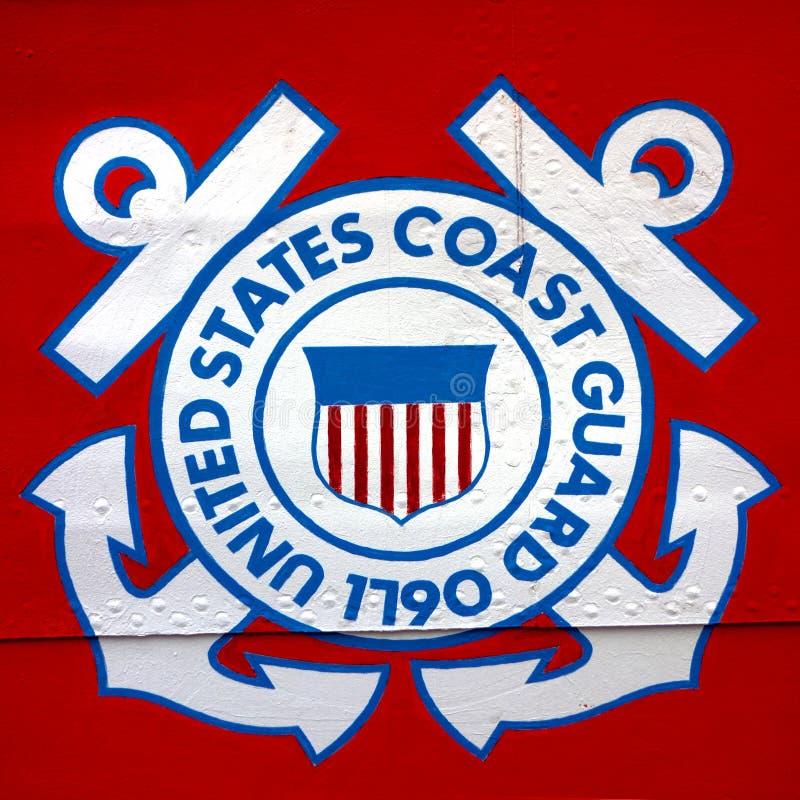 美国海岸卫队在船的盾象征 免版税库存图片