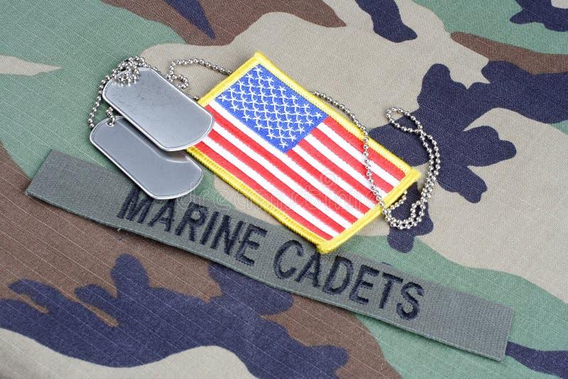 美国海洋军校学生分支磁带,旗子补丁,并且在森林地的卡箍标记伪装制服 免版税库存图片