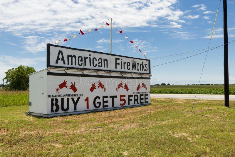 美国烟花沿一条乡下公路增加在农村得克萨斯 免版税库存图片