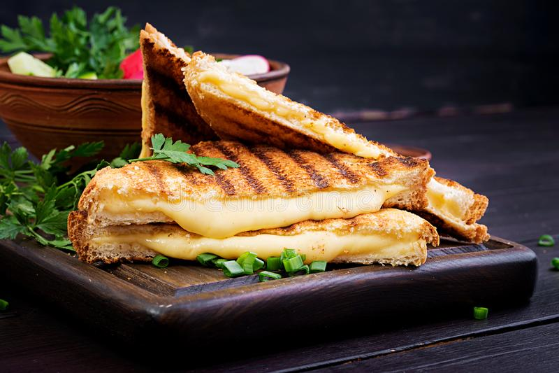 美国热的乳酪三明治 自创烤乳酪三明治 库存图片