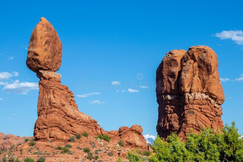 美国犹他州东部Arches国家公园、Pleature Arch、La Sal Mountains、Banced Rock、旅游、旅游 免版税库存照片