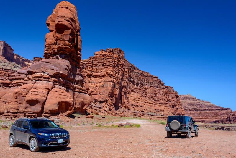 美国犹他州坎永兰斯国家公园土路上的两辆越野车 图库摄影