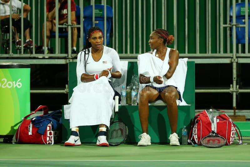 美国的奥林匹克冠军小威廉姆斯(l)和金星Willams行动的在双第一次回合比赛期间 免版税库存图片
