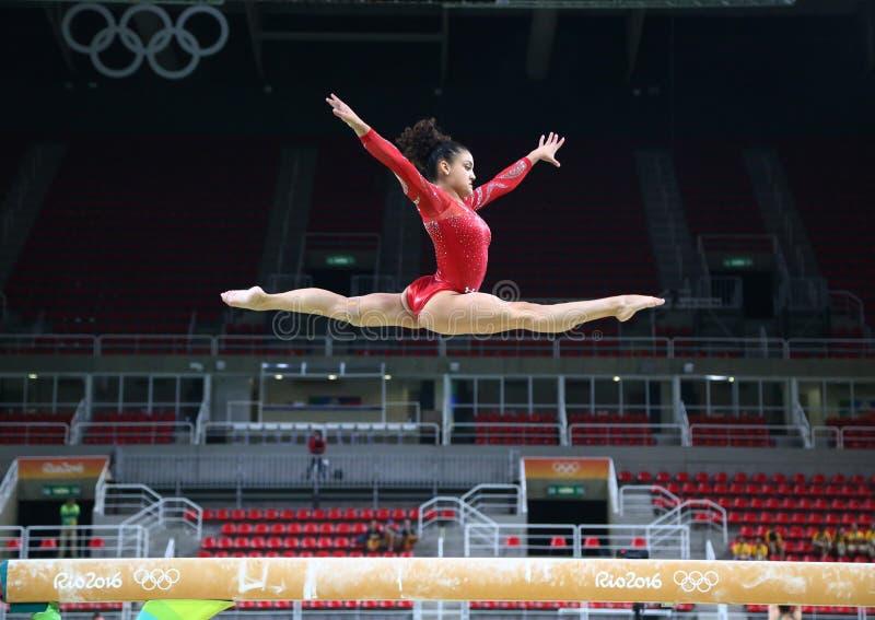 美国的奥林匹克冠军Laurie埃尔南德斯在平衡木实践在妇女的全能体操前 免版税库存图片