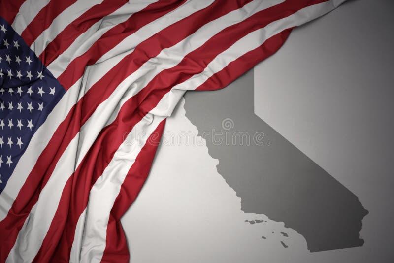 美国的挥动的国旗灰色加利福尼亚的陈述地图背景 向量例证