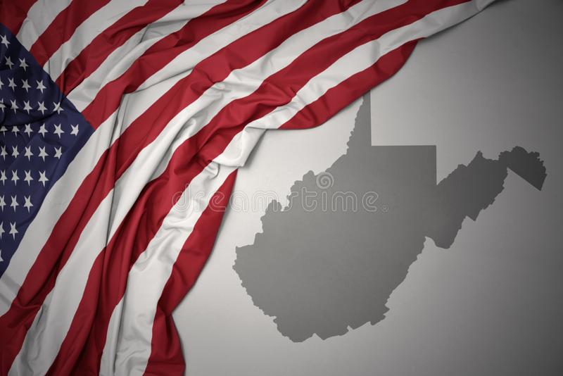美国的挥动的国旗灰色西维吉尼亚的陈述地图背景 免版税库存照片