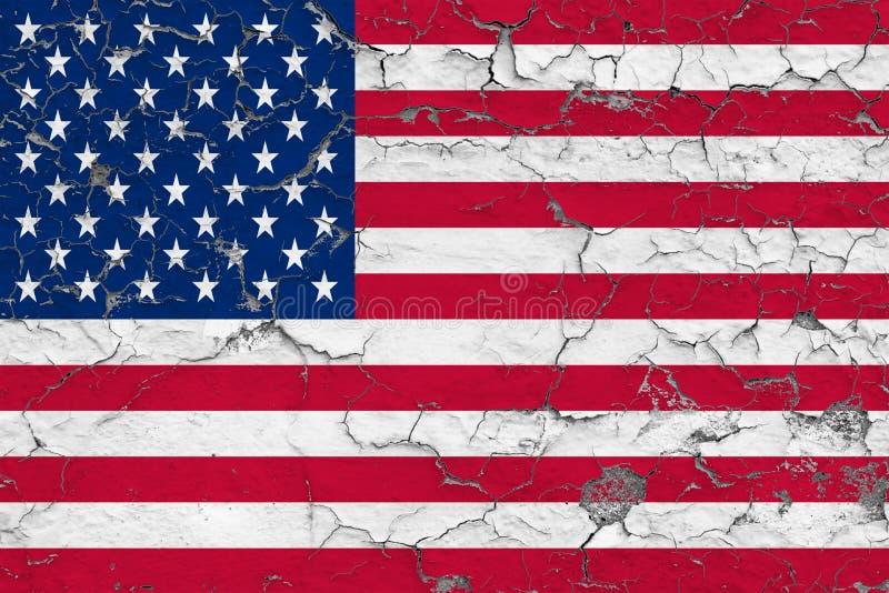 美国的旗子在破裂的肮脏的墙壁上绘了 葡萄酒样式表面上的全国样式 库存例证