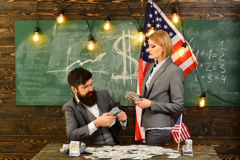 美国的独立日 与有愉快的夫妇的独立日很多美国美元 库存照片