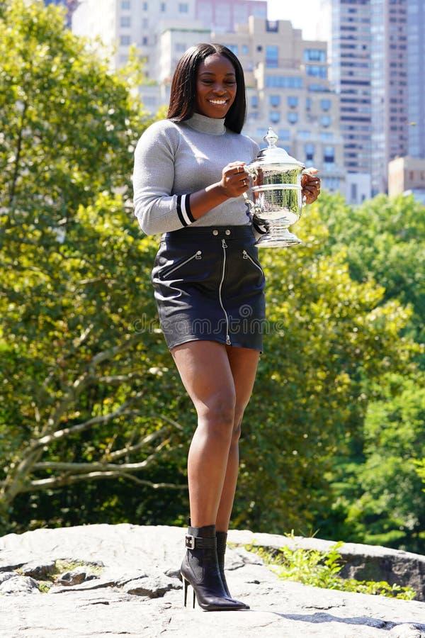 美国的美国公开赛2017冠军斯龙摆在与美国公开赛战利品的斯蒂芬斯在中央公园 免版税库存图片