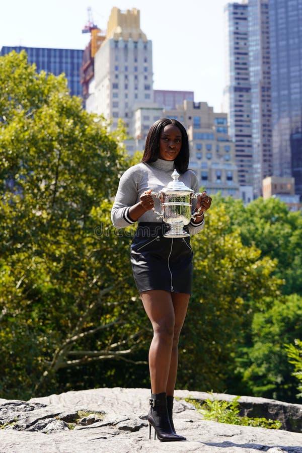美国的美国公开赛2017冠军斯龙摆在与美国公开赛战利品的斯蒂芬斯在中央公园 免版税库存照片