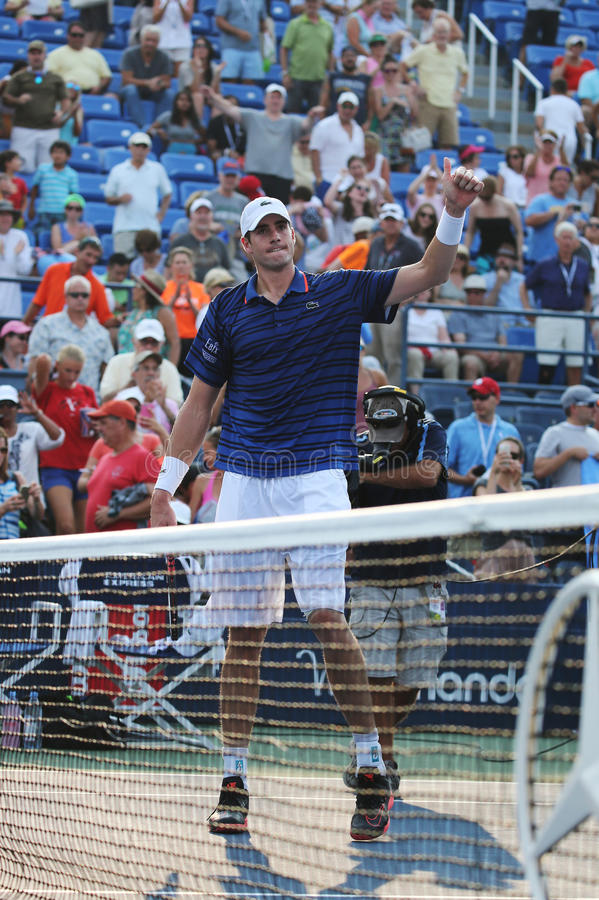 美国的职业网球球员约翰・伊斯内尔在第二次回合比赛以后庆祝胜利在美国公开赛2015年 免版税库存图片
