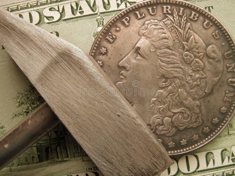 美国硬币、钞票和锤子当财务标志 免版税图库摄影