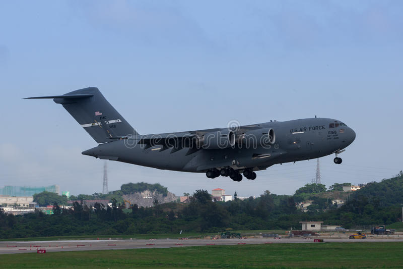 美国空军在冲绳岛的C-17着陆 免版税库存照片