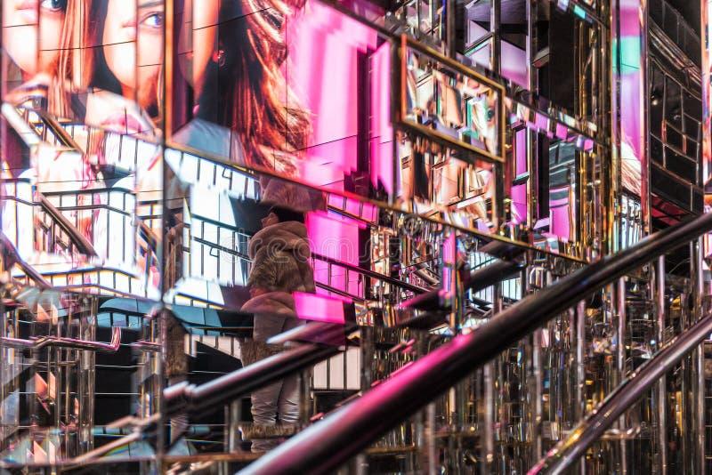 美国纽约- 2018年1月3日-镜子墙壁有五颜六色的图象的反射的在纽约商店 免版税图库摄影
