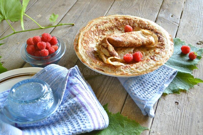 美国绉纱 稀薄的薄煎饼,在破旧的桌上的俄式薄煎饼 库存图片