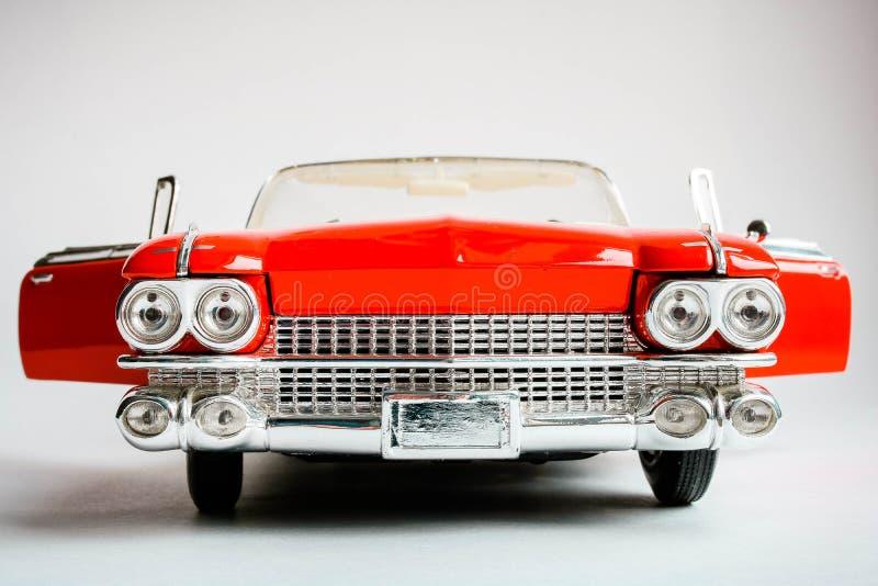 美国经典红色汽车接近的在最前面的看法  在白色背景的现实标度汽车模型 库存图片