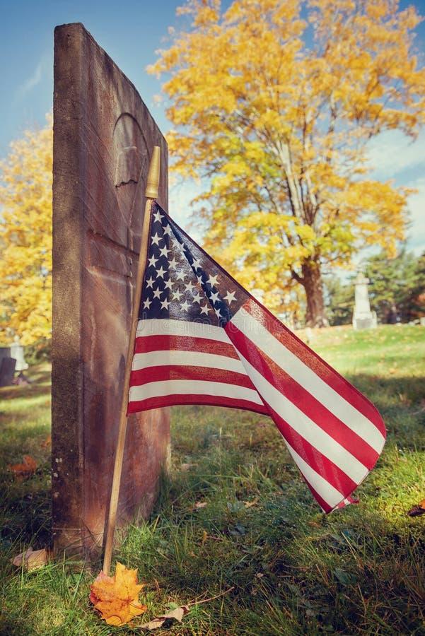 美国经验丰富的旗子在秋天公墓 免版税库存图片
