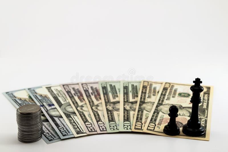 美国美国美元金融法案和硬币分在白色b传播了 免版税图库摄影