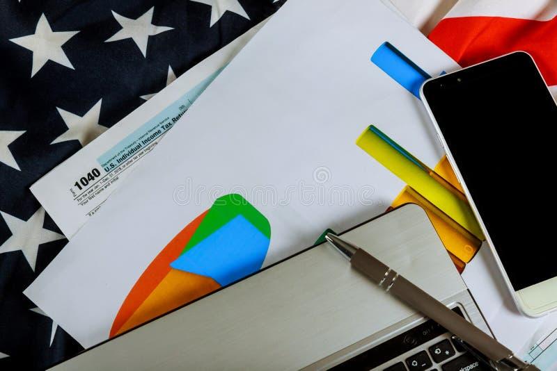 美国联邦税务局报税表1040和日历 美国旗子顶面veiw,有选择性的软的焦点 库存图片