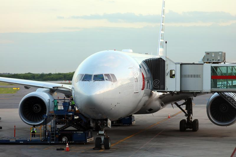 美国航空在门的波音777在埃塞萨机场布宜诺斯艾利斯阿根廷 库存照片