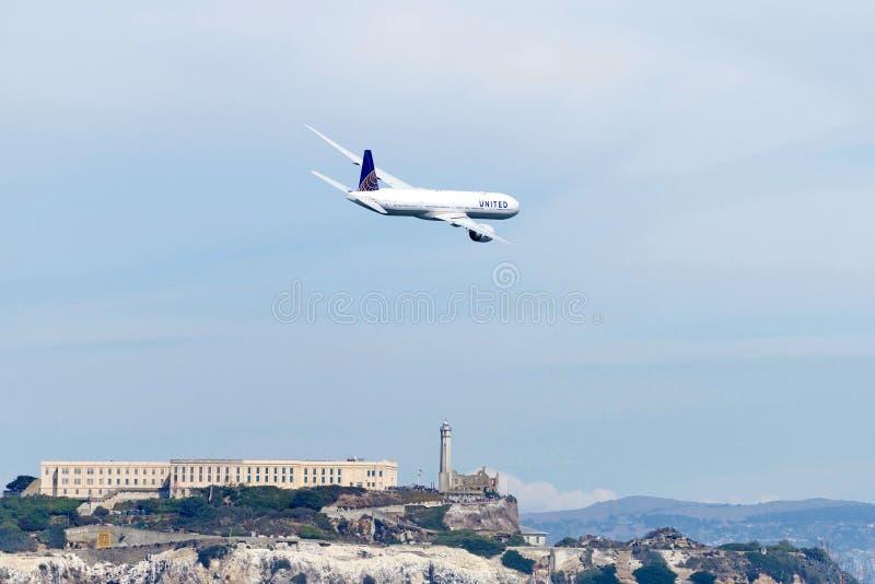 美国航空客机在飞行中上面Alcatraz Isiland 免版税图库摄影