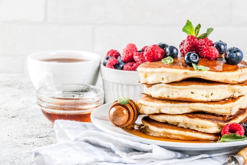 美国薄煎饼用新鲜的莓果 免版税库存图片