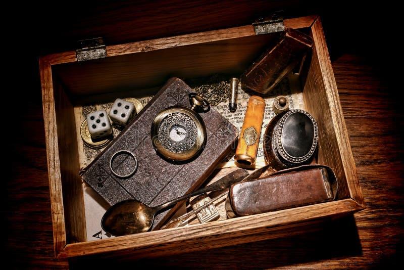美国西部传奇先驱纪念品葡萄酒箱子 免版税库存图片