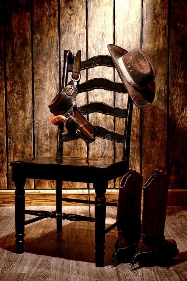 美国西部传奇牛仔帽和枪在椅子 免版税库存图片