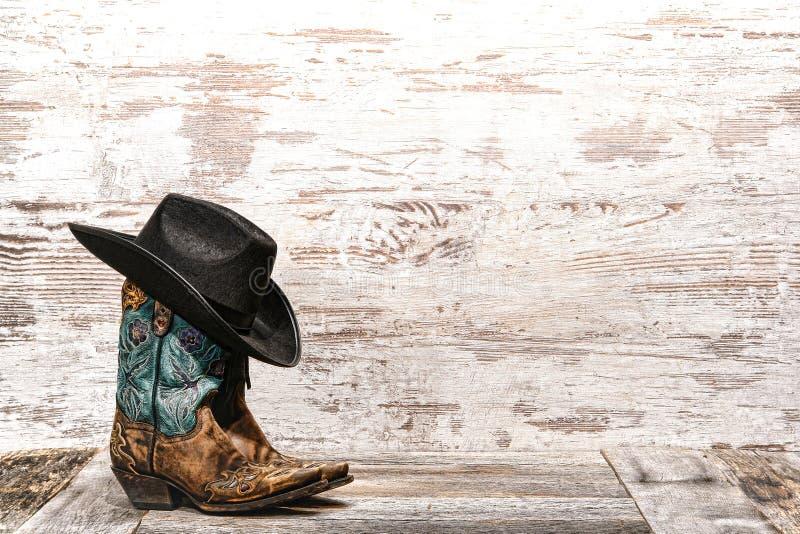 美国西部圈地时尚女牛仔靴子和帽子 免版税库存照片