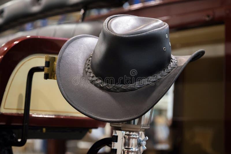 美国西部圈地牛仔黑皮革帽子在老木大农场谷仓 免版税库存图片