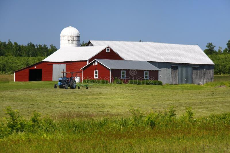 美国谷仓系列农厂红色拖拉机 免版税库存照片